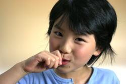 素焼きあたりめを食べる子ども